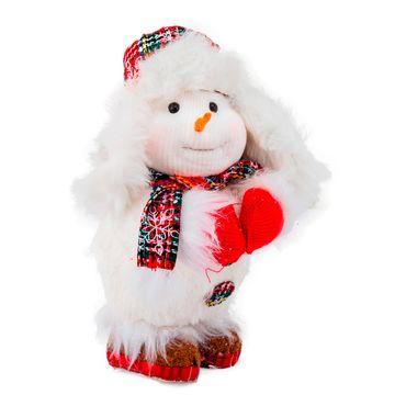 Hombre-de-nieve-de-pie-con-bufanda-y-gorro-de-cazador