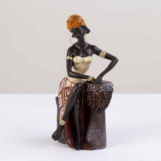 figura-africana-con-vestido-de-rombos-beige-naranja-y-tambor-7701016898263