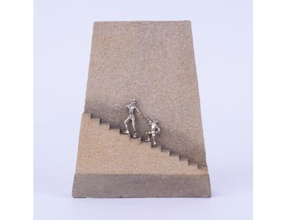 adorno-pedestal-personas-subiendo-escaleras-19-x-15-cms-7701016996365