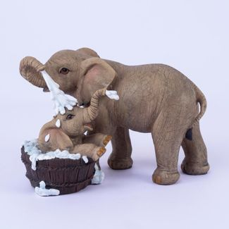 figura-de-elefante-banando-elefante-bebe-en-balde-de-madera-14x20-5-cms-7701016996464