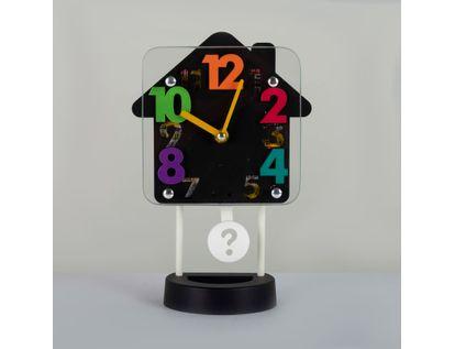reloj-despertador-negro-diseno-casa-con-pendulo-614253