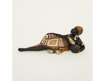 figura-africana-acostada-con-vesitid-de-rombos-cafes-y-jarro-7701016898256