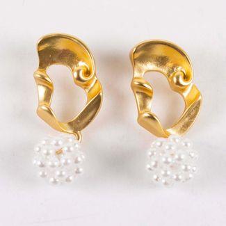 aretes-ondeados-dorado-con-esferas-blancas-7701016853484